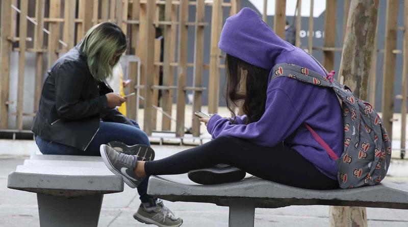 Uso de celular com cabeça inclinada