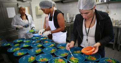 Governo do Estado anuncia programa 'Merenda em Casa' para 700 mil alunos