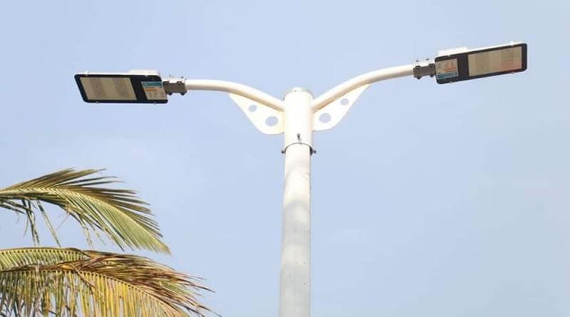 Novas luminárias são instaladas na orla da praia de Peruíbe