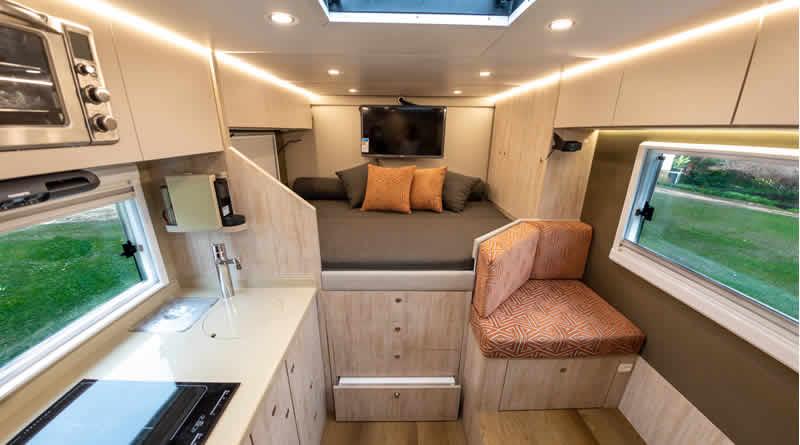 Motorhome de 6,90 m2 tem banheiro, sala de jantar, cozinha e quarto!