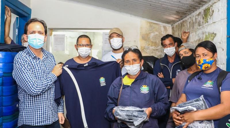 Prefeitura de Mongaguá entrega uniforme aos servidores de Serviços Externos